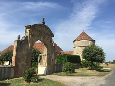 Vue du portail sculpté et du pigeonnier
